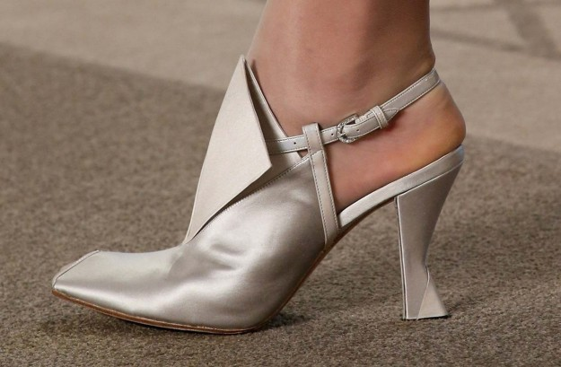 pumps-argento-chanel.jpg