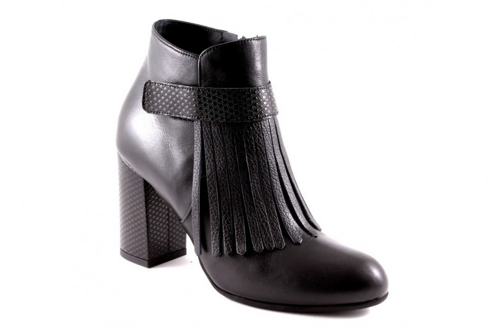 tronchetti-neri-in-p scarpe magazine scarpemagazine elle-con-frange