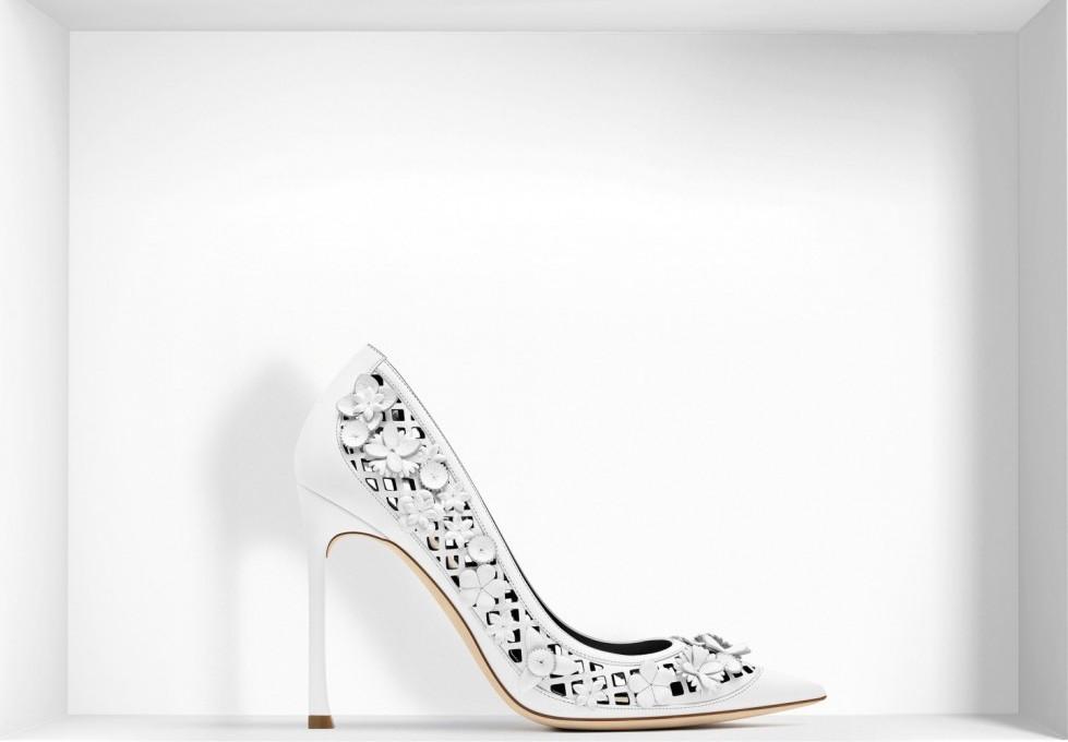 decolletes-in-pelle-di-vitello-e-nappa-bianca-traforate scarpe magazine