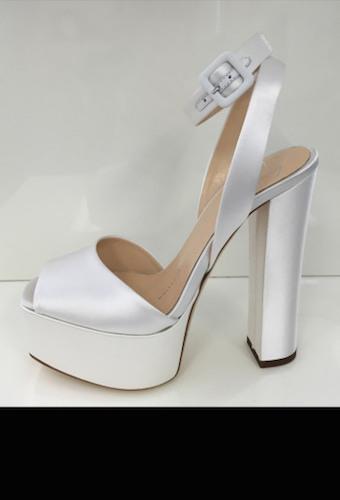 I sandali Giuseppe Zanotti di Kate Hudson, che indossa la versione color cipria