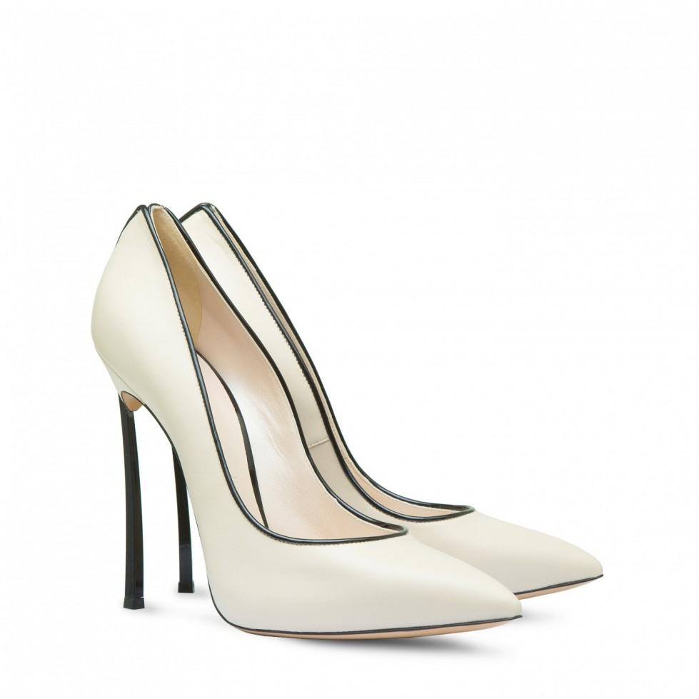 pumps-bianche-con-profili-e-tacco-in-nero scarpe magazine