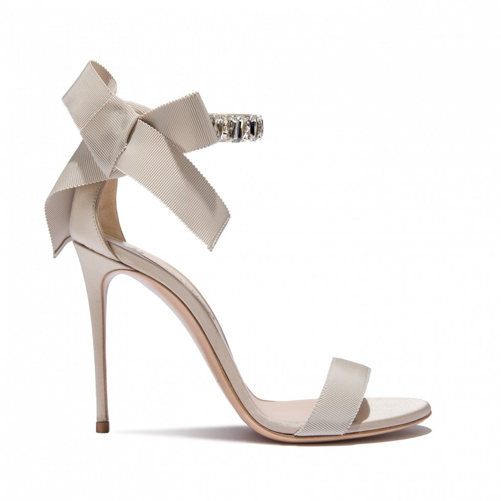 sandali-ecru-con-fiocco-posteriore-e-cavigliera-gioiello scarpe magazine