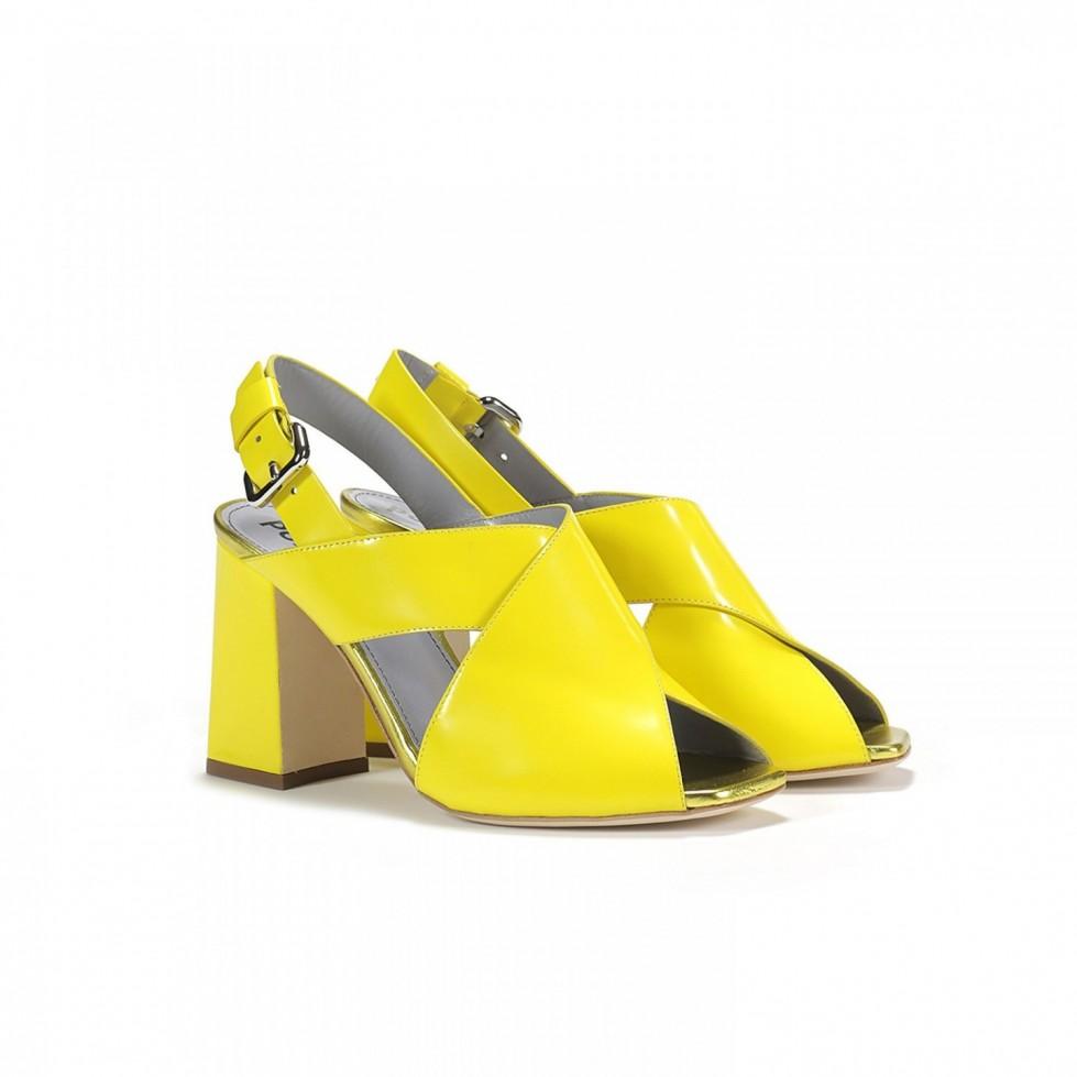 sandali-gialli-in-vernice