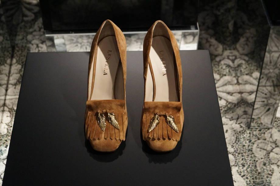 le-silla-scarpe-in-velluto-con-frange-e-piuma-in-metallo