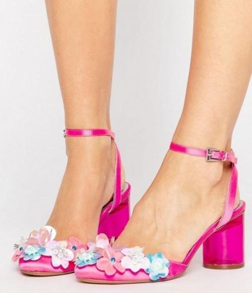 Scarpa tipo Ankle Strap con tacco basso e fiori