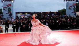 Lady Gaga, abito rosa e piume di Valentino Couture