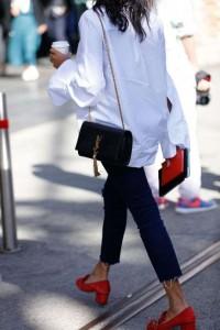 mocassini-gucci-rossi-con-tacco-jeans-e-camicia
