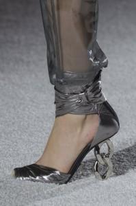 Decoltè in argento con tacco a catena e cavigliera Balmain