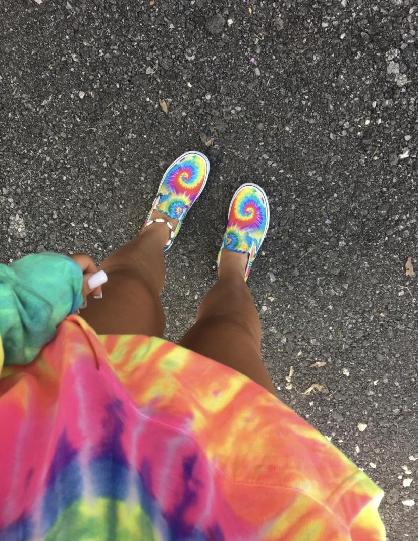 scarpe e felpa tie-dye