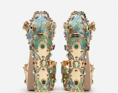 Barocco, gold, pietre, ricami, cristalli Swarovski: lo stile francese intessuto di glamour ed incanto si risveglia nelle passerelle