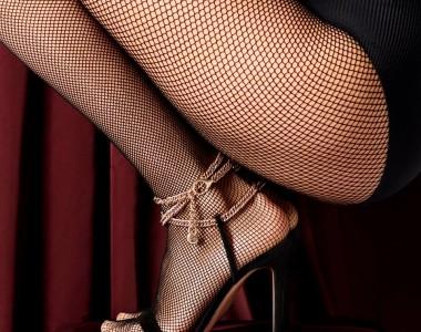 Sandali con cinturino intrecciato alla caviglia: l'intramontabile must-have dell'estate.