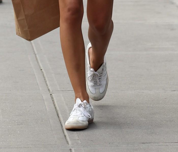 Le sneakers bianche di Emily Ratajkowski shoes trend della moda Estate 2019