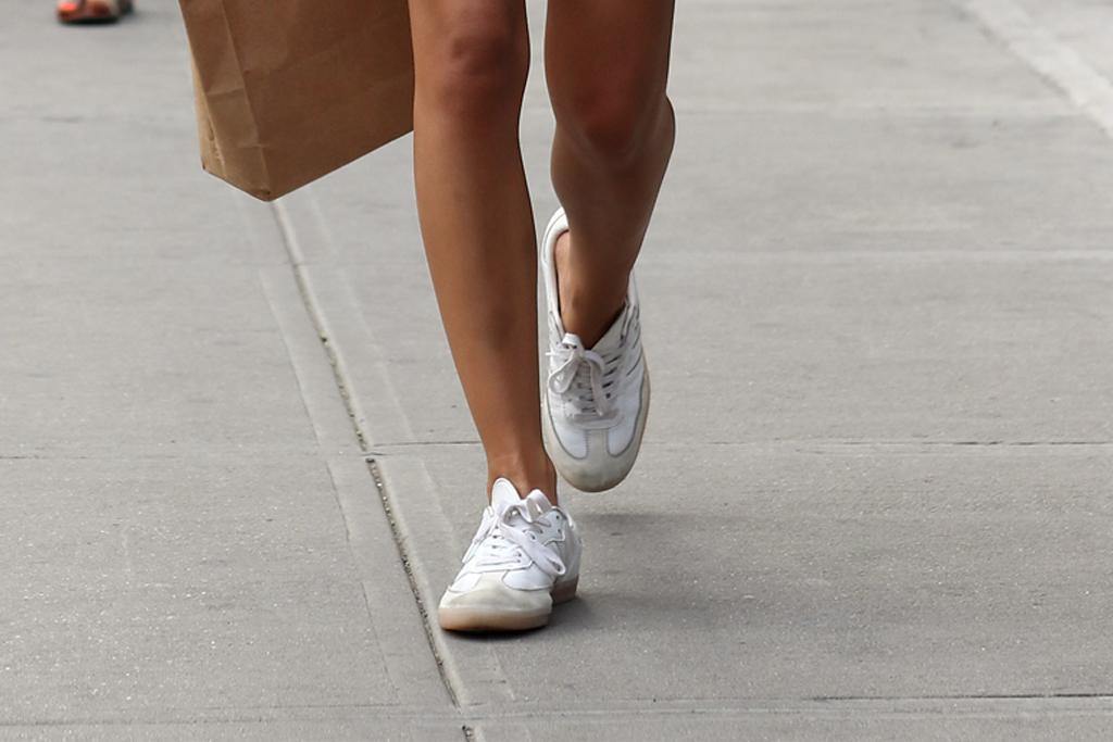 emily-ratajkowski-sneakers-white