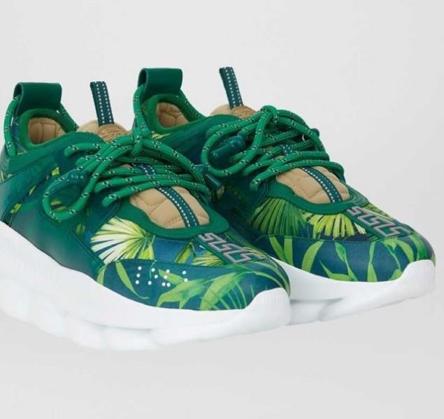 Versace lancia un paio di sneakers smeraldo in onore di Jennifer Lopez