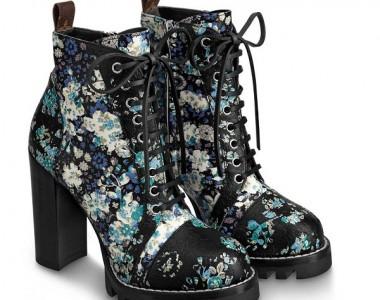 Modelli eleganti e casual, stivaletti a calza, décolleté femminili, anfibi a stampa floreale. Ecco cosa propone la Maison Louis Vuitton!